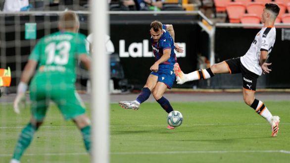 Un Levante con diez rescata in extremis un punto en el derbi del Turia |1-1