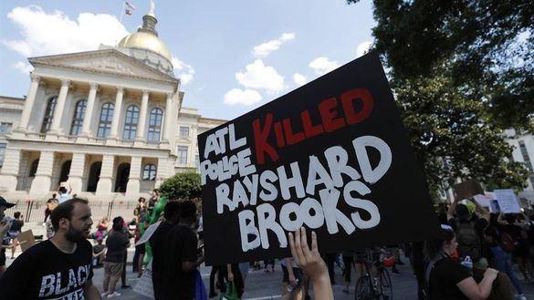Dimite la jefa de Policía de Atlanta al morir otro joven negro por tiros de un agente