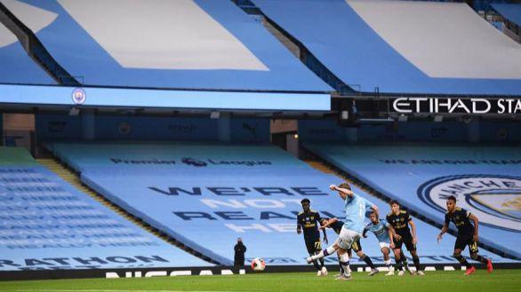 Premier League. El fútbol inglés volvió con goleada del City y escándalo arbitral