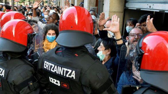 Miembros de la Ertzaintza se han desplegado en el barrio bilbaino de San Francisco, para evitar altercados ante las protestas contra el acto de partido que ha celebrado esta tarde Vox en la capital vizcaina.