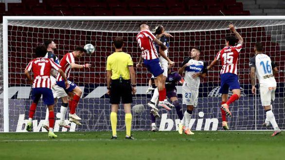 El Atlético escapa del muro del Alavés y se asienta en la tercera plaza | 2-1