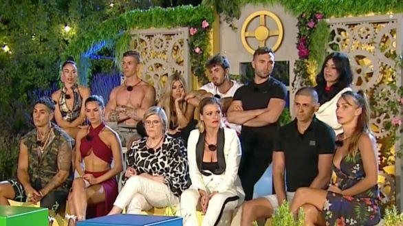 Reunión de concursante durante la sexta gala de 'La casa fuerte'.