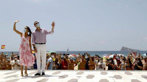 Vítores y helado de turrón de Jijona para los Reyes en la playa de Benidorm
