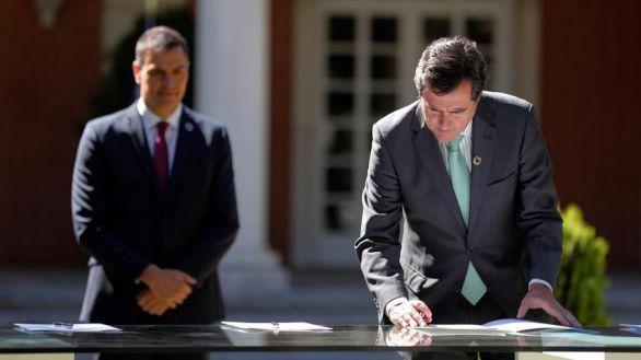 """El presidente del Gobierno, Pedro Sánchez y el presidente de la CEOE, Antonio Garamendi (d) durante la firma del """"Acuerdo por la reactivación económica y el empleo""""."""