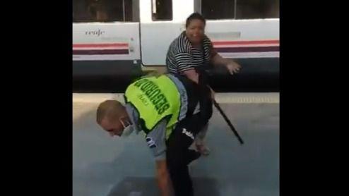 Una mujer agrede a un vigilante de Renfe tras robarle la porra
