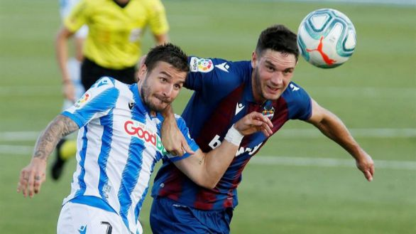 """El centrocampista montenegrino del Levante Nikola Vukcevic disputa un balón ante el delantero de la Real Sociedad Cristian Portugués """"Portu""""."""