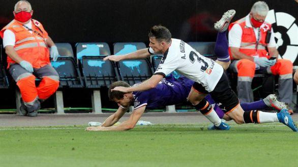 El Valencia le gana la pelea al Valladolid y sigue soñando con Europa | 2-1
