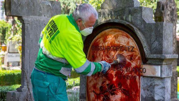 Un operario del Ayuntamiento de Vitoria limpia la lápida de Fernando Buesa, este jueves.