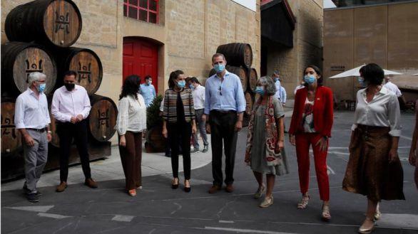 Los Reyes visitan dos bodegas en la Rioja para apoyar el sector vitivinícola