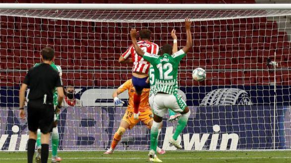 La garra del Atlético tumba al VAR y a un Betis impotente | 1-0