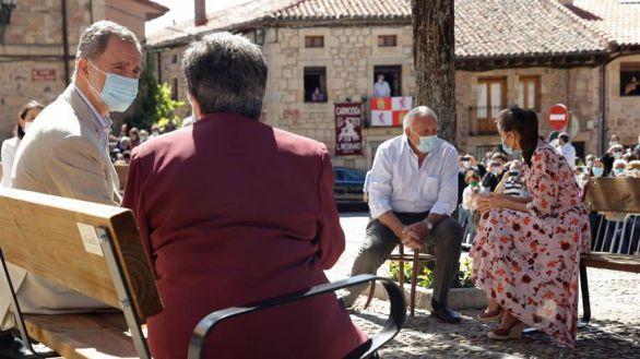 Los Reyes charlan con los ancianos de la localidad de Vinuesa, en Soria