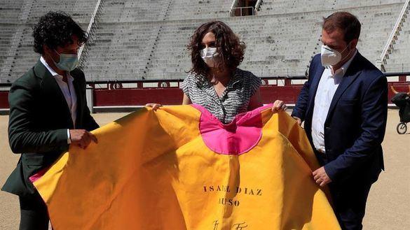 Ayuso y Almeida firman su alianza para la defensa de los toros en Madrid