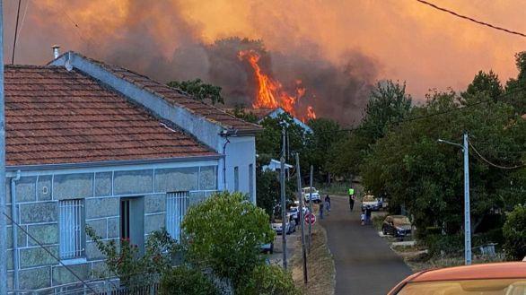 Casi 850 hectáreas arden en tres incendios forestales en Orense