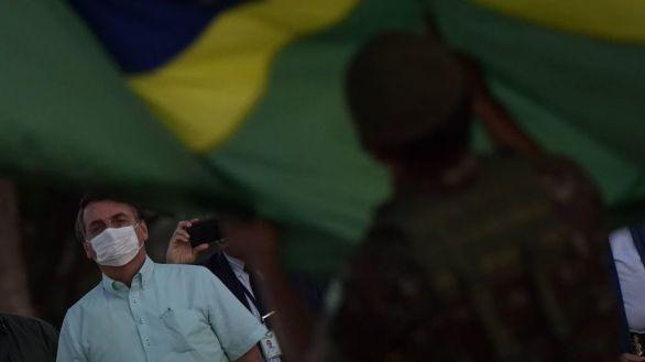 Bolsonaro dice que quedarse en casa para evitar contagios es para