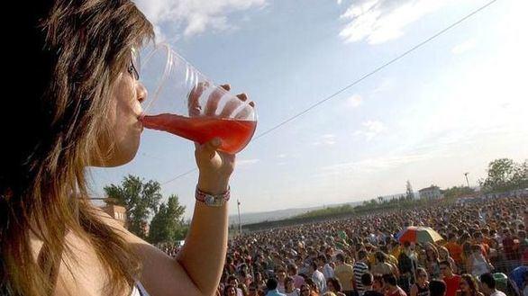 Andalucía prohíbe hacer 'botellón' para impedir nuevos brotes del coronavirus