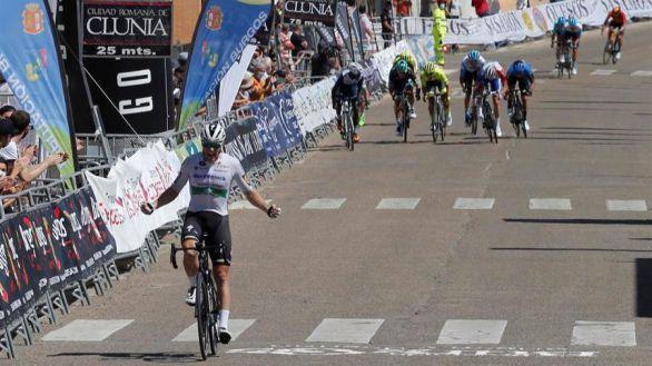 Vuelta a Burgos. Bennett se impone en un final accidentado