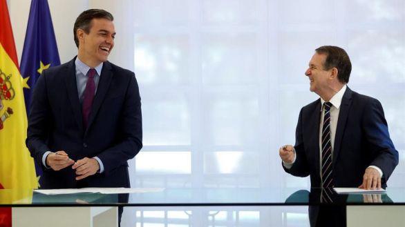 El presidente del Gobierno, Pedro Sánchez, y el presidente de la FEMP y alcalde socialista, Abel Caballero, durante la firma del acuerdo.