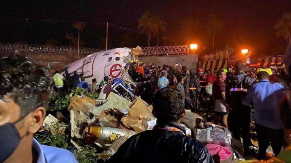 Al menos 16 muertos al salirse de la pista un avión en India