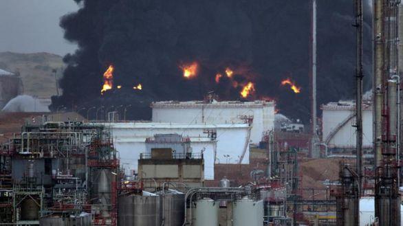 Extinguido el incendio provocado por un rayo en una petroquímica de Puertollano