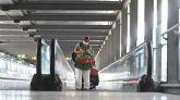 Una mujer camina por la terminal 4 del Aeropuerto de Barajas.
