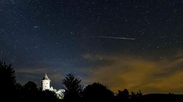 Una estrella fugaz cruza el cielo sobre el castillo de Somosko visto desde Salgotarjan, Hungría, este martes.