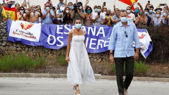 Aplausos y vivas en la visita de los Reyes a Menorca para apoyar el turismo