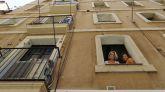 La barcelonesa Montse Perez y su hija Thais Franco (d) en una ventana del piso de su propiedad en la calle del Mar que ha tenido que alquilar a través de la plataforma Airbnb