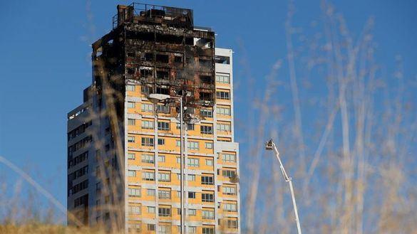 Un gran incendio devora los pisos superiores de una torre de Madrid
