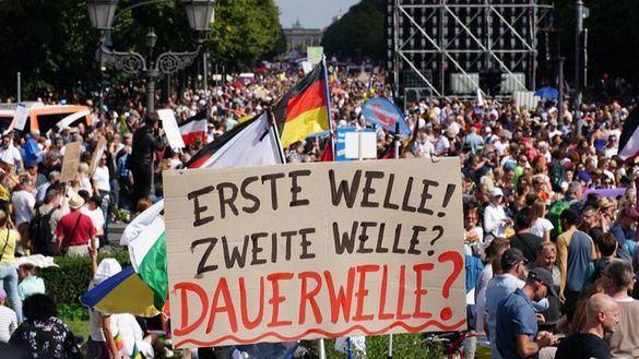La Policía de Berlín disuelve una marcha anti-Covid que reúne a 18.000 personas