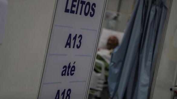 Un paciente espera para recibir alta e irse para su casa tras ser curado de COVID-19 en la UTI del hospital de Campaña de Riocentro.