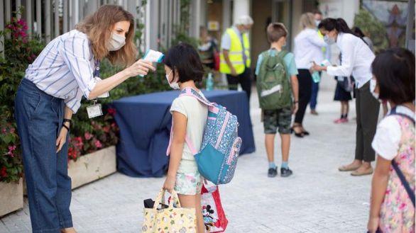 Cinco comunidades reabren las aulas este lunes en medio del repunte de casos