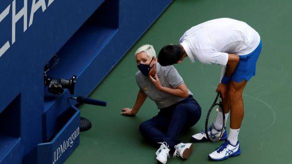 US Open. Shock: Djokovic da un pelotazo a una jueza y es descalificado
