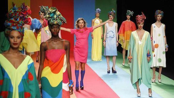 Ágatha Ruiz de la Prada llena la pasarela de color y fantasía en