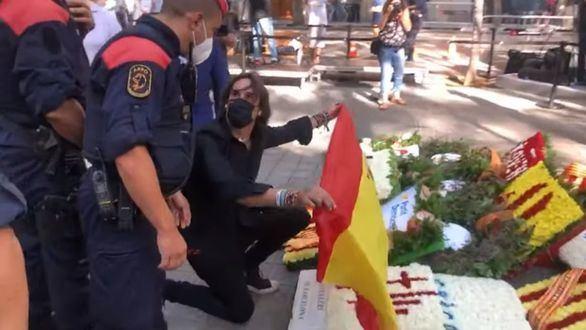 Cake Minuesa irrumpe en las ofrendas de la Diada y coloca una bandera española