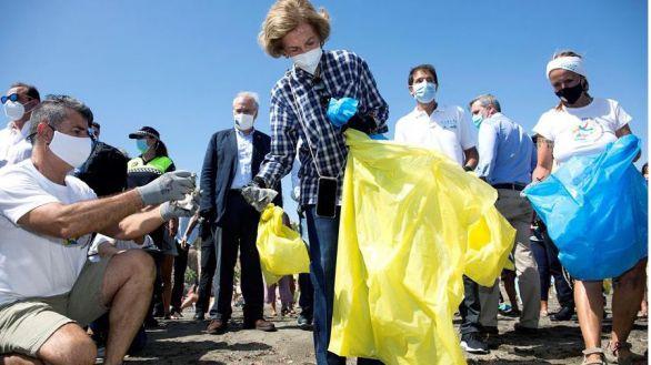 La reina Sofía, una voluntaria más en la lucha contra la basura en el mar