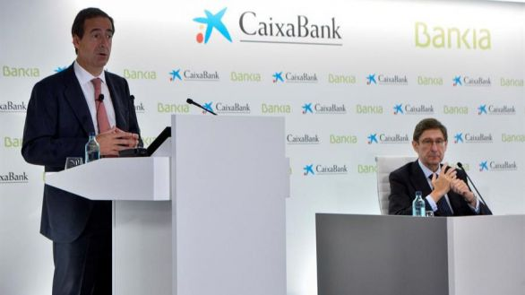 El presidente de Bankia, que será presidente ejecutivo de la nueva entidad, José Ignacio Goirigolzarri (d), y del consejero delegado de CaixaBank, que será consejero delegado de la nueva entidad, Gonzalo Gortázar.