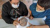 Miguel Moreno Azanza y José Manuel Gasca, directores de la actuación, examinan uno de los huevos de dinosaurio.