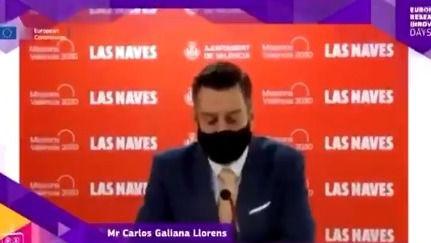 Un concejal de Valencia se pone la mascarilla para simular que habla inglés mientras otro pone la voz