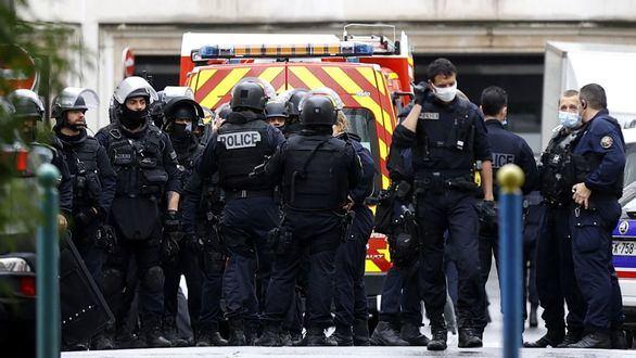 La Policía francesa, cerca del semanario satírico Charlie Hebdo.
