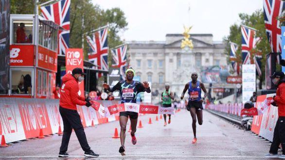 Kipchoge se hunde en un lluvioso maratón de Londres que fue para Kitata
