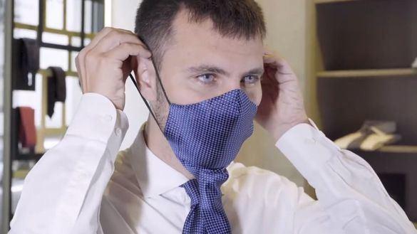 Una corbata que se transforma en mascarilla: el ingenioso diseño de una empresa de Nápoles