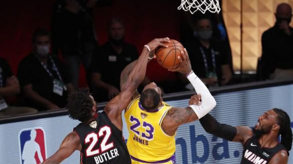 NBA Finals. Los Lakers aguantan a los rebeldes Heat y se escapan | 3-1