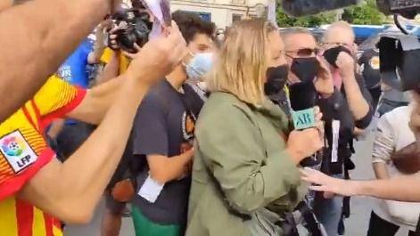 Separatistas acosan e increpan a una reportera de Ana Rosa en Barcelona: