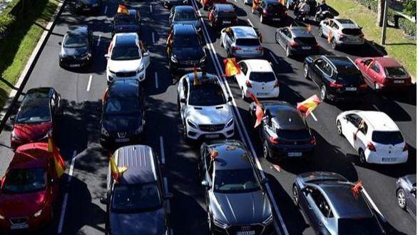 Cientos de coches convocados por Vox marchan contra el estado de alarma en Madrid