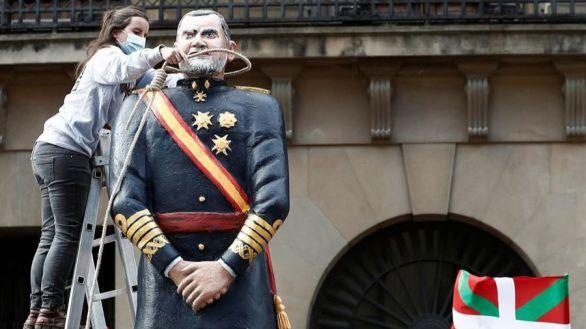 Los socios abertzales de Sánchez decapitan una 'estatua' de Felipe VI