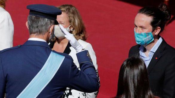 Felipe VI hace el primer saludo militar a Pablo Iglesias y los ministros de Podemos