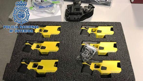 La Policía Nacional distribuirá 300 pistolas eléctricas y 15.300 porras extensibles