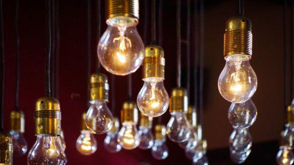 La factura eléctrica aumenta hasta veinte euros en el mercado libre, según Facua