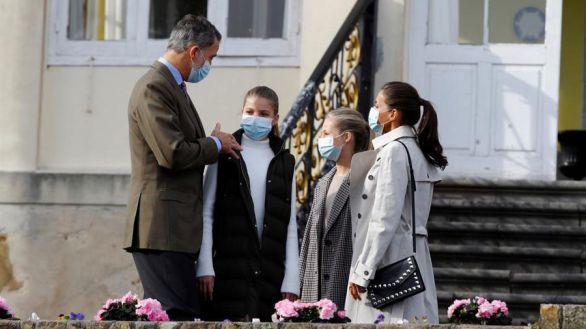 Somao recibe a los Reyes y sus hijas como pueblo ejemplar de Asturias