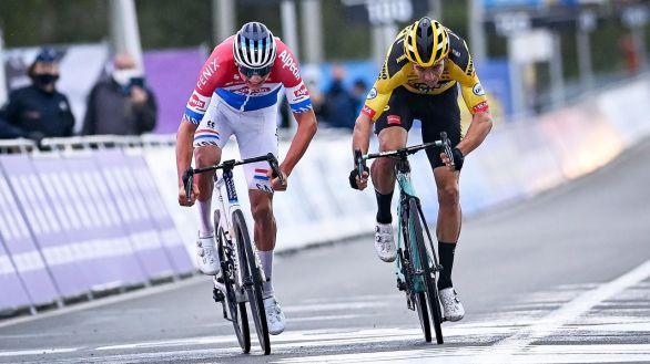 Tour de Flandes. Alaphilippe se estrella con una moto y Van der Poel emula a su padre
